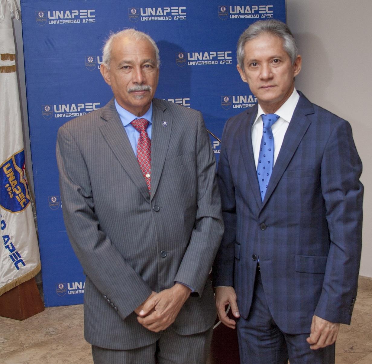 Rector en funciones de UNAPEC, licenciado Francisco D Oleo junto al conferencista.