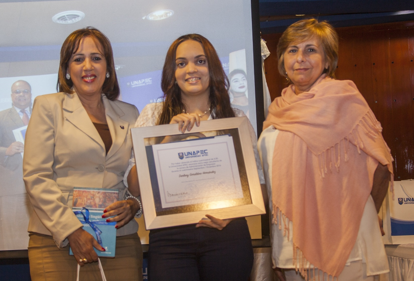 Darleny Geraldino Hernández, Licenciatura en Administración de Empresas.