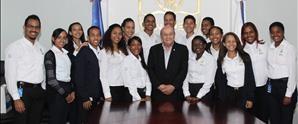 """Rector de UNAPEC recibe becarios del programa """"Dale Un Chance"""" de la Asociación Popular de Ahorros y Préstamos (APAP)"""