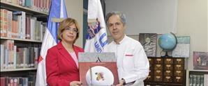 """Chef Carlos Estévez y Grupo INICIA donan libro """"Sabores Ancestrales"""" a la biblioteca de UNAPEC"""