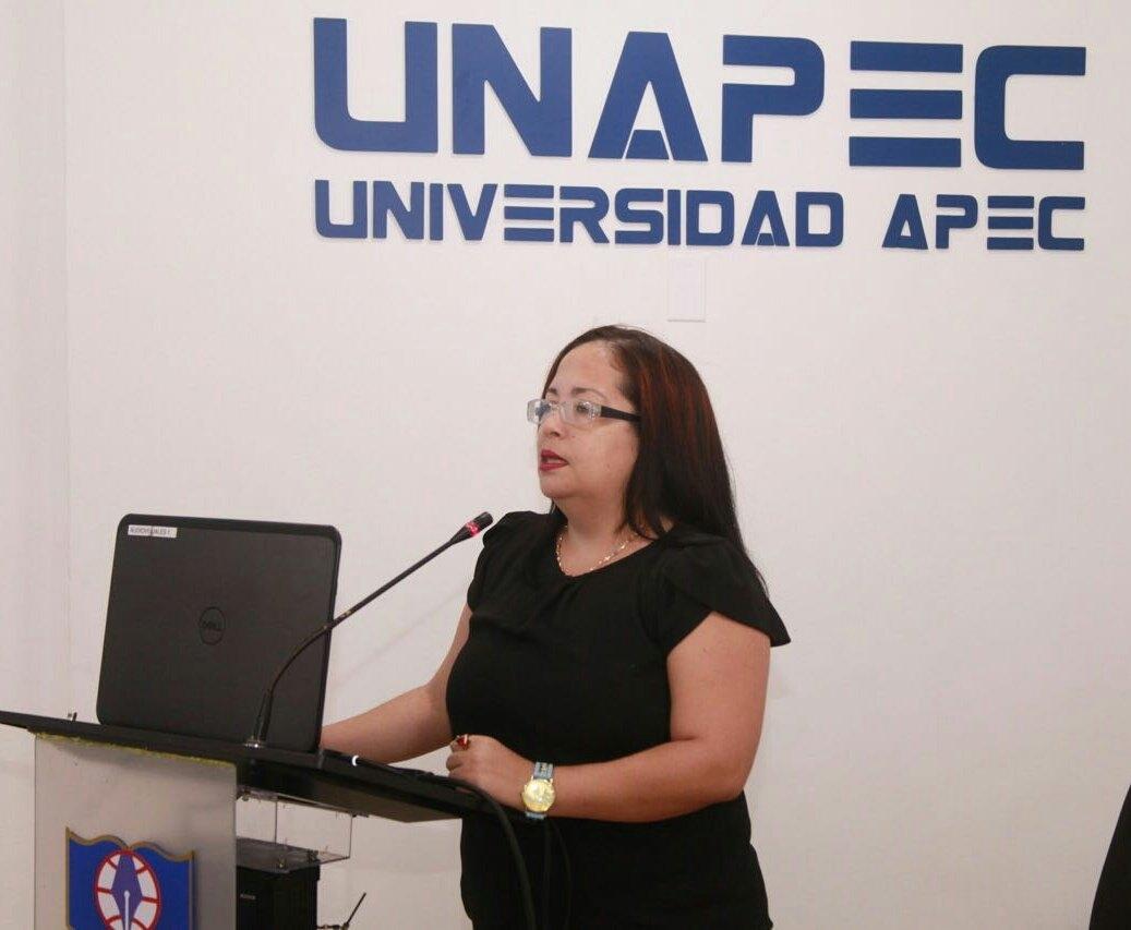 Profesora Yiscaury Núñez presenta su proyecto.