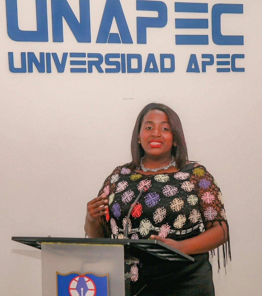 Presenta su proyecto final la maestra especialista en Lengua Española, Martha Guillén.