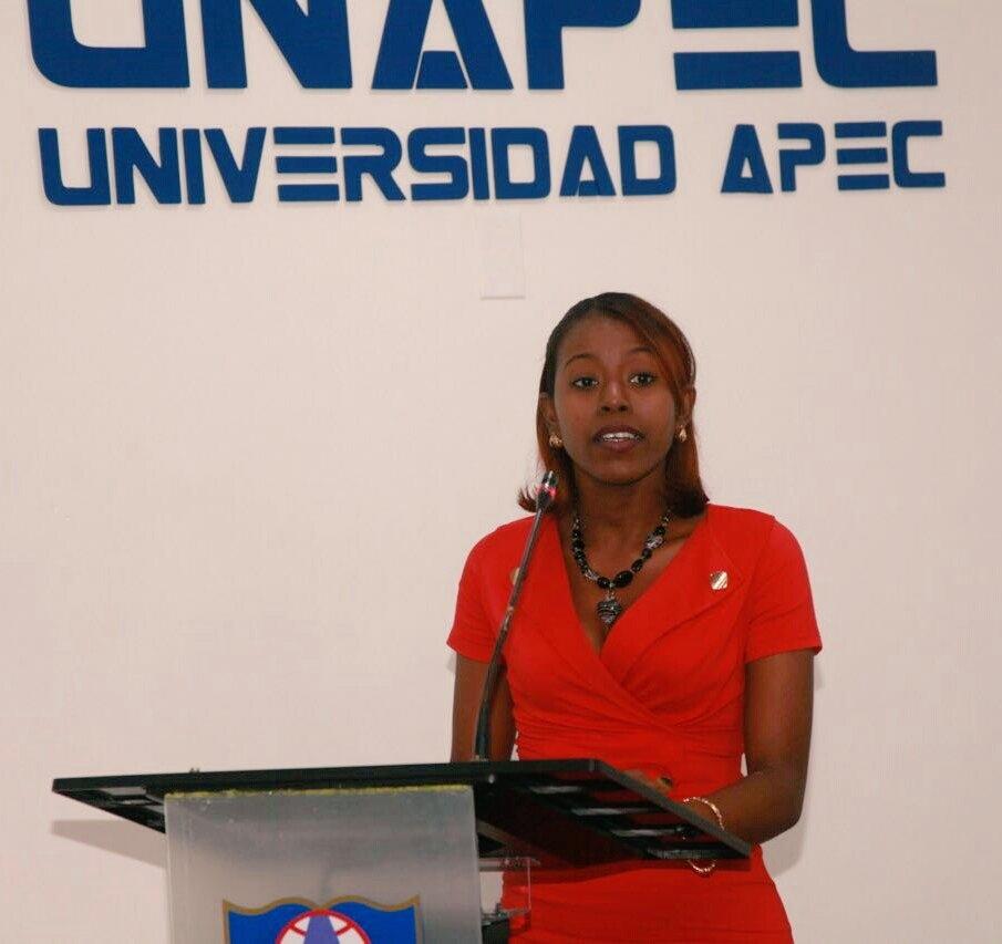 AdelinaLebrón, maestra especialista en Matemáticas, presenta su proyecto final.