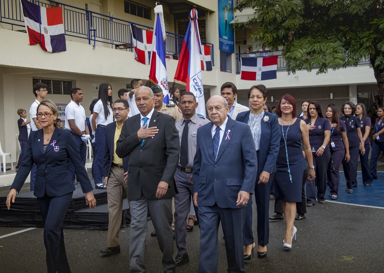 Autoridades desfilan en honor a la Patria.