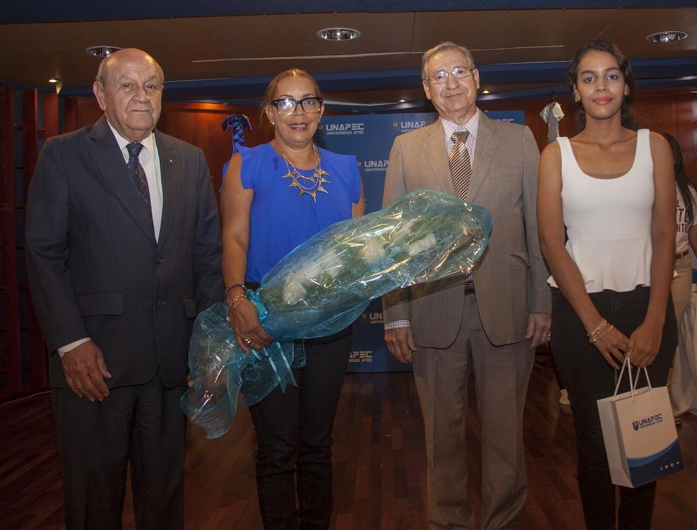 Asimismo fue premiada la familia Polanco Valerio, en representación del extraordinario esfuerzo que realizan los padres.