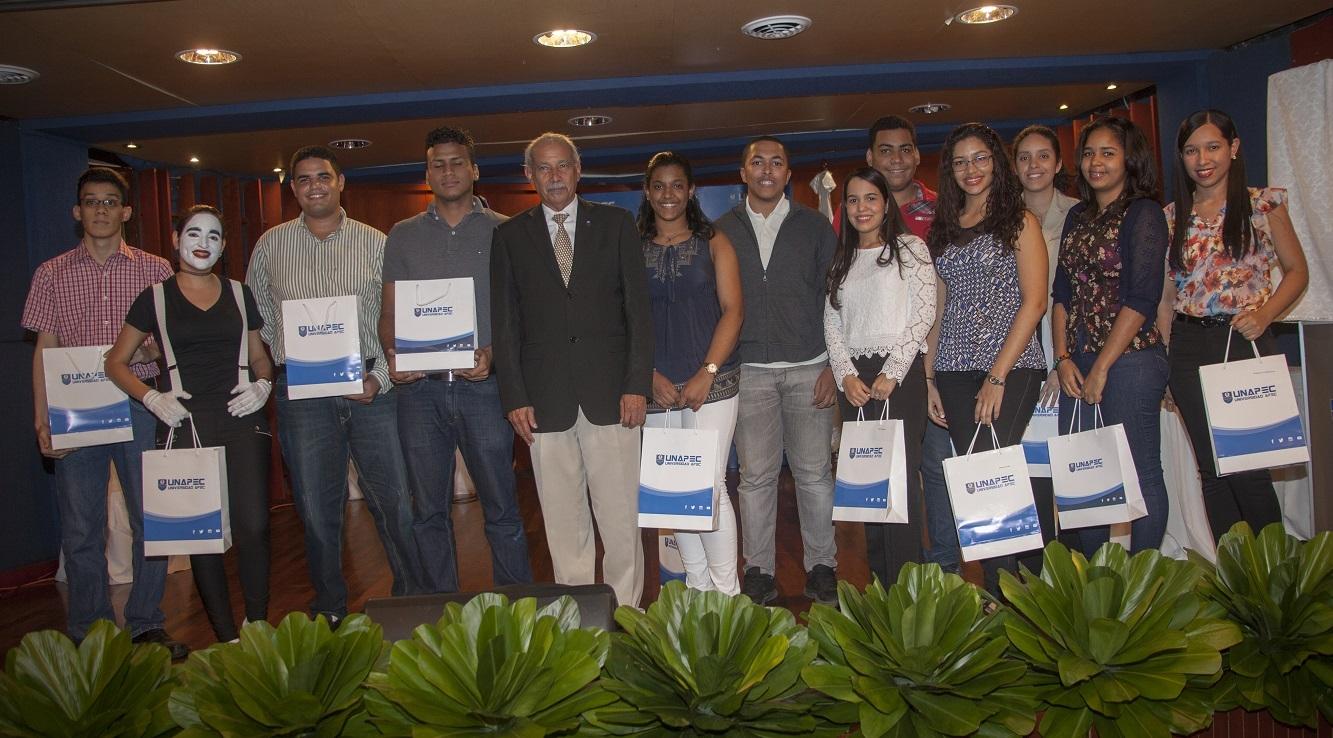Reciben reconocimiento y presente institucional estudiantes pertenecientes al programa Tutorial de Pares De Iguales.
