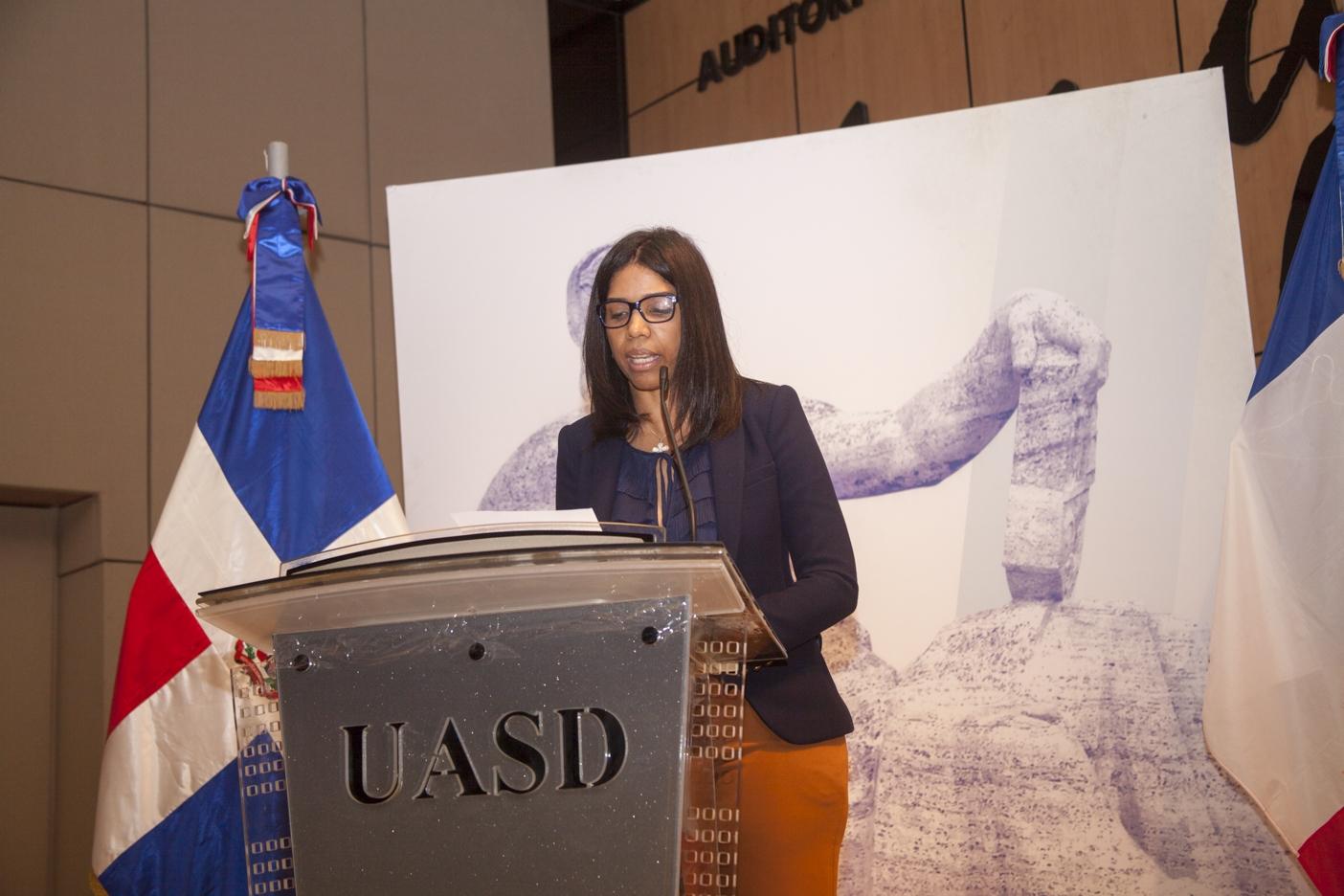 Rhina Santelises, Directora de la Escuela de Idiomas de UNAPEC.
