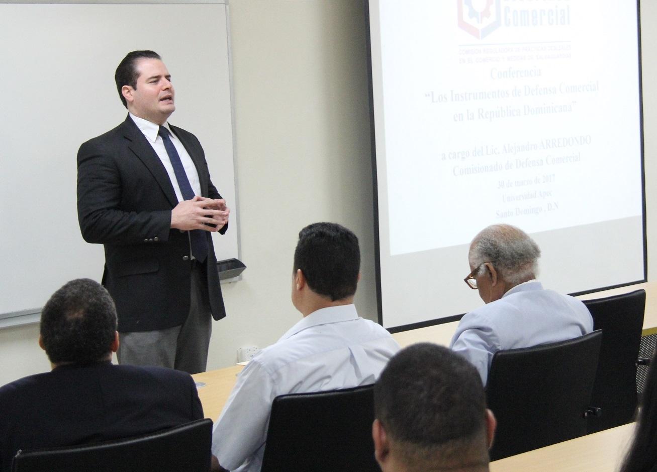 Manuel Morales Vicens presenta al conferencista.