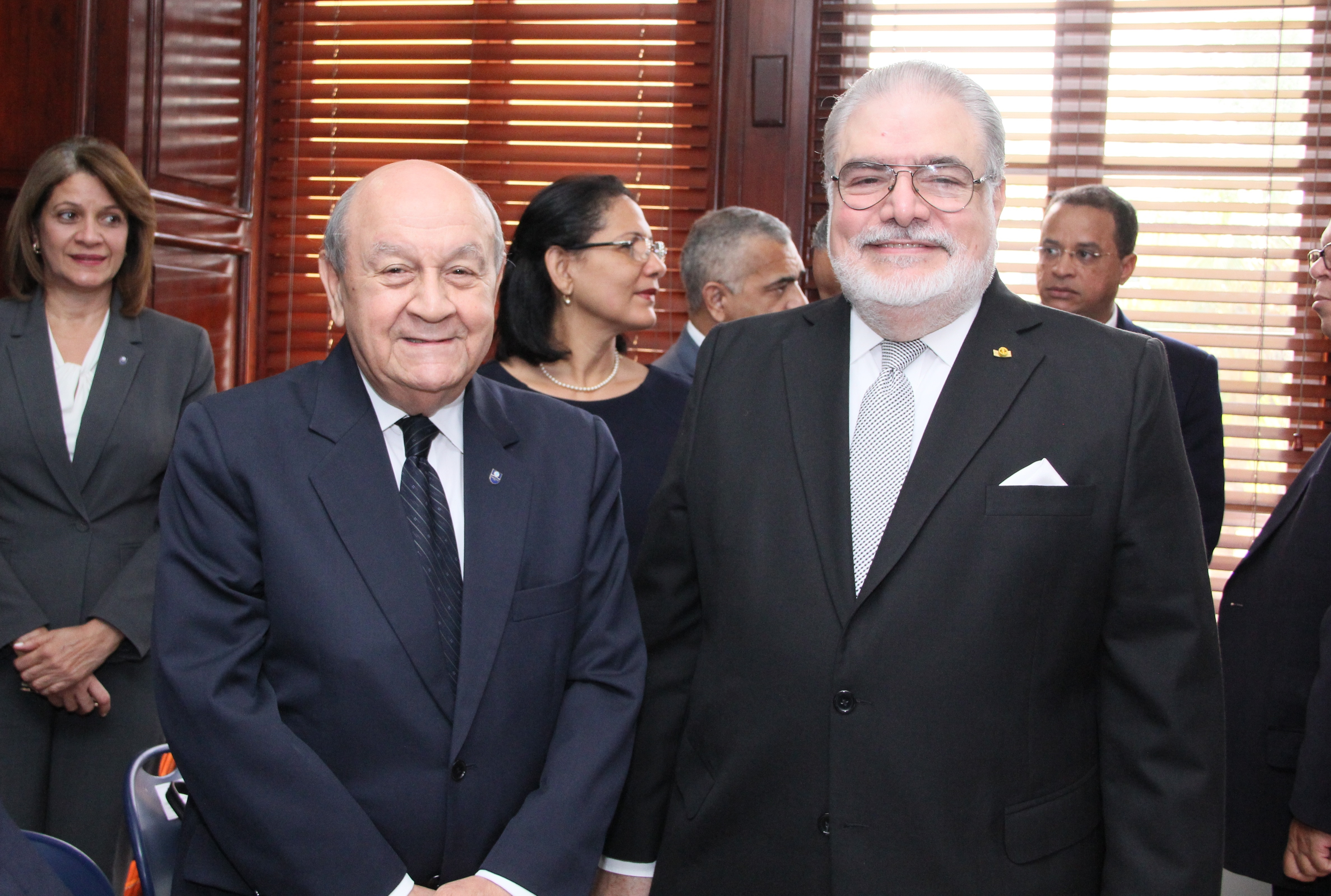 Franklyn Holguín Haché junto al embajador Manuel Morales Lama.