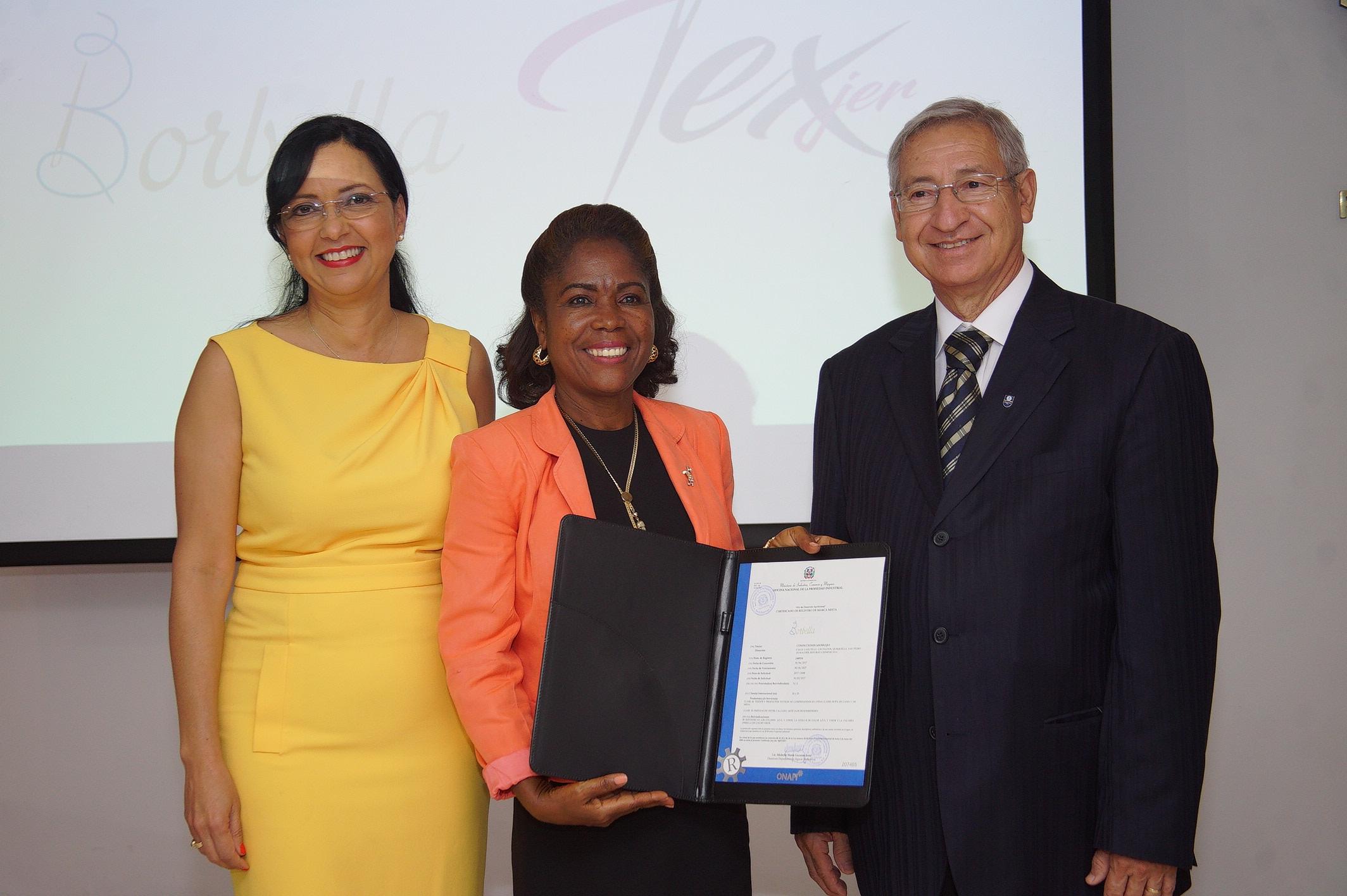 Dra. Sandy Lockward, Sra. Maria Tussent de Borbella y el Sr. Andrés Hernández