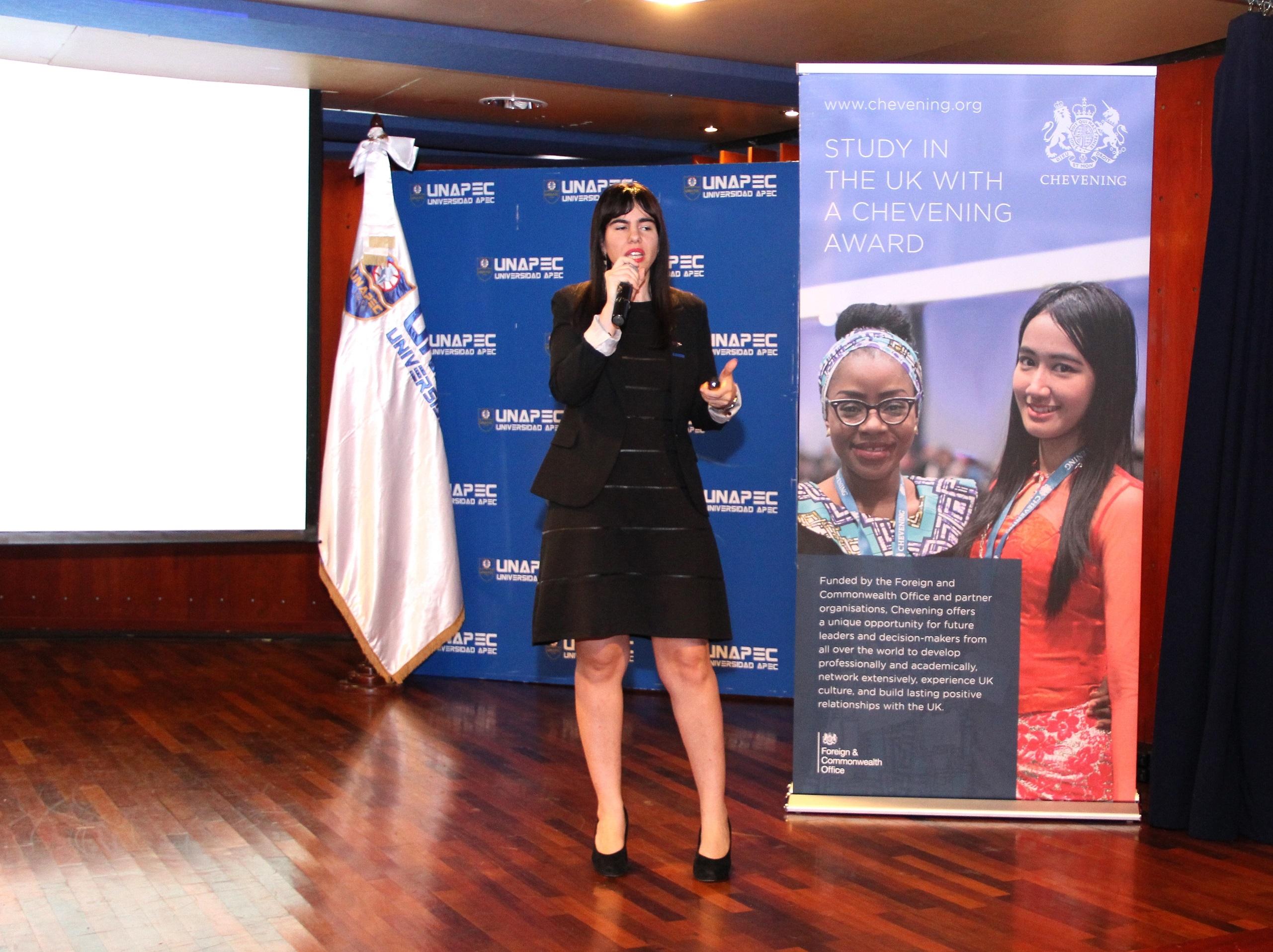 Sra. Miriam Stern, Directora de Comunicaciones de la Embajada Británica en Santo Domingo