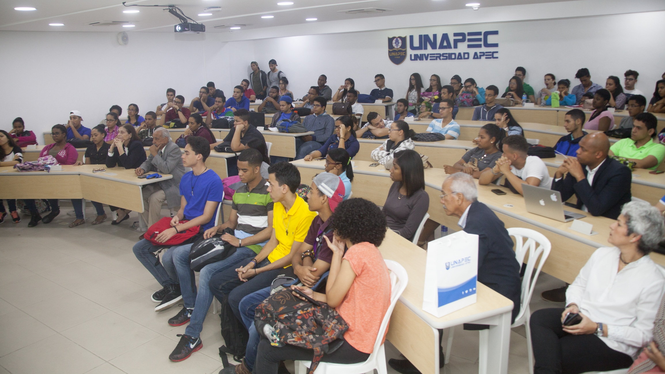 Gerente del Banco de Alimentos de RD imparte charla en UNAPEC.