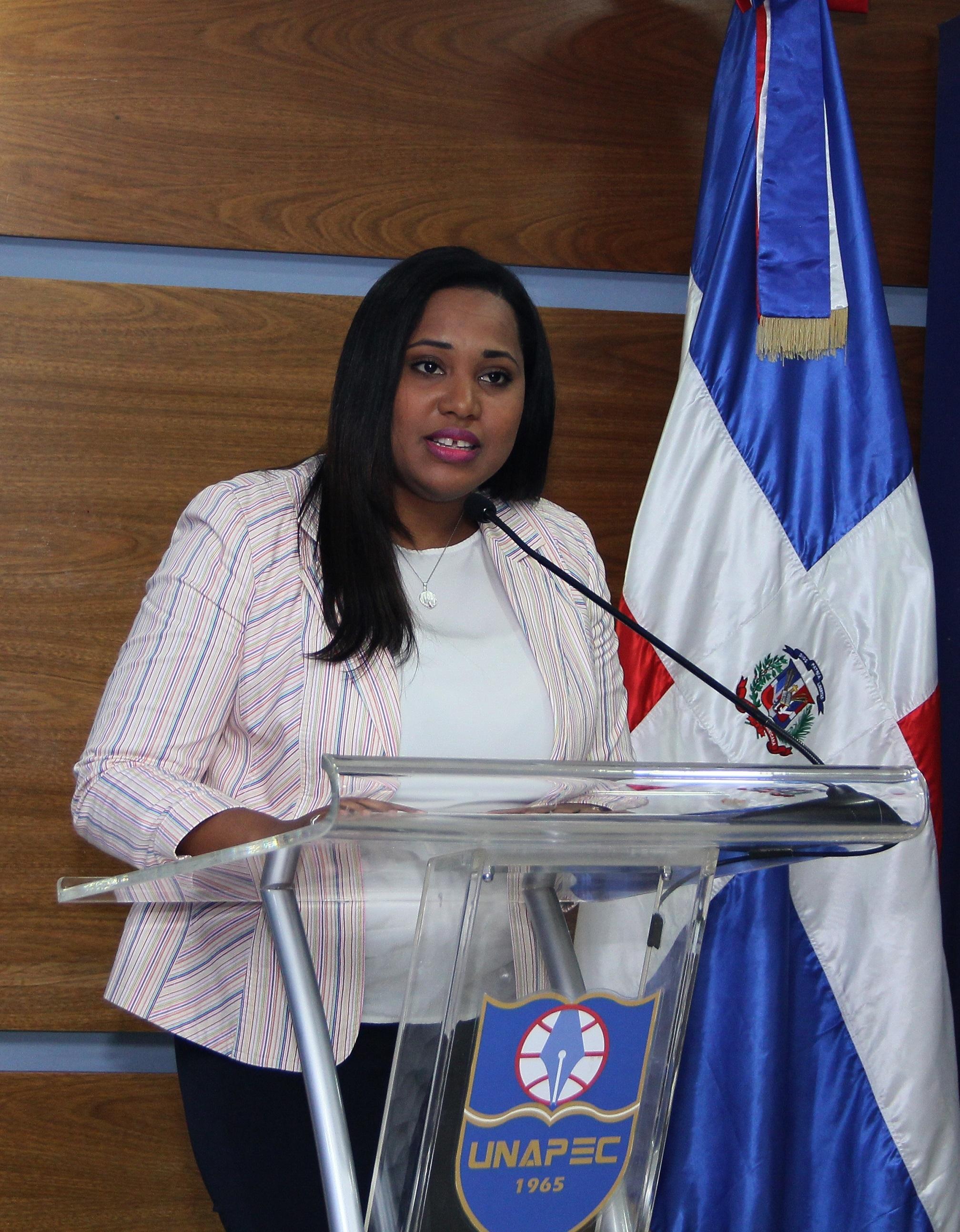 Rosanna Matos, profesora del Decanato de Posgrados, en nombre de los docentes de la Extensión Cibao.