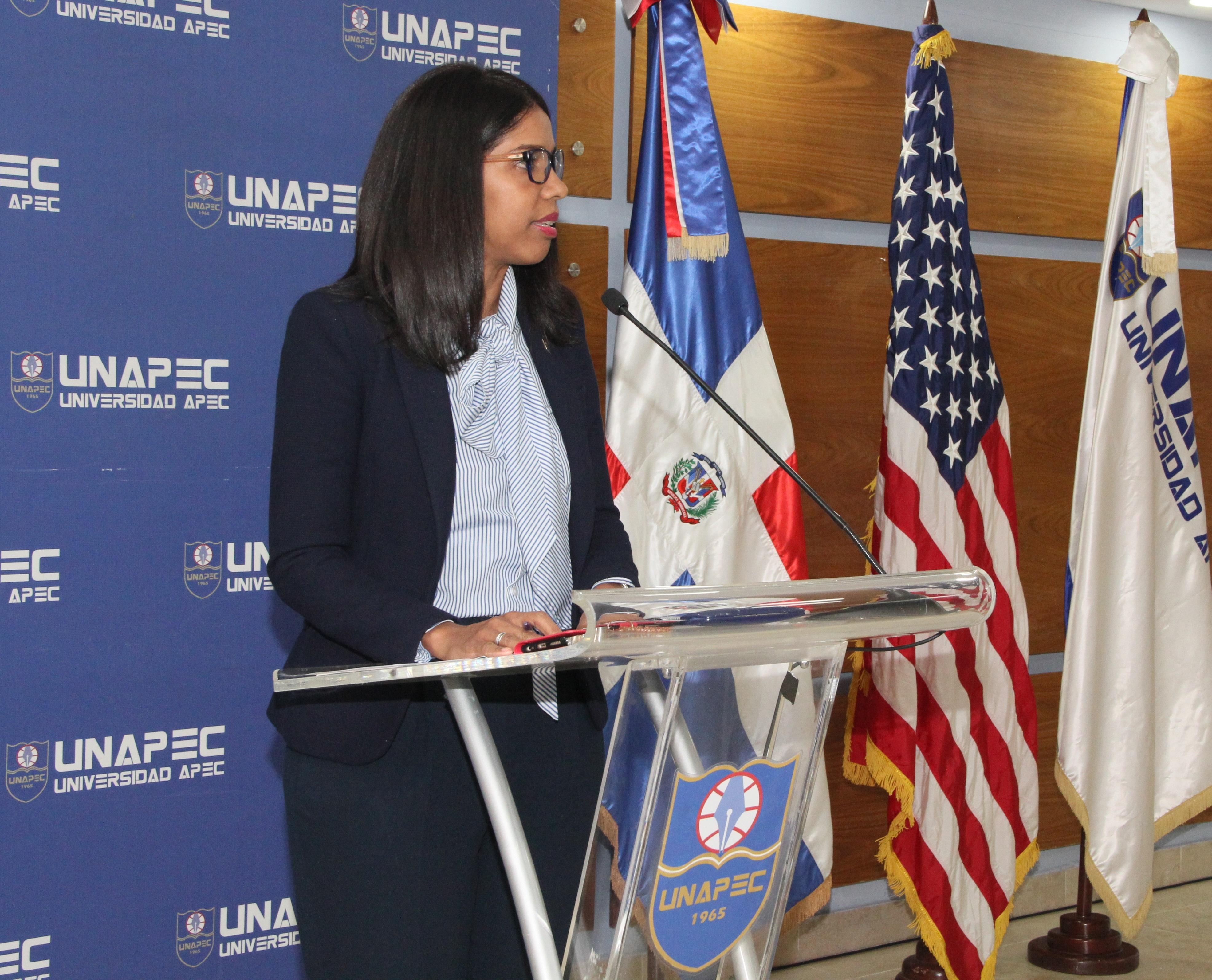 Directora de la Escuela de Idiomas de UNAPEC, licenciada Rhina Santelises.
